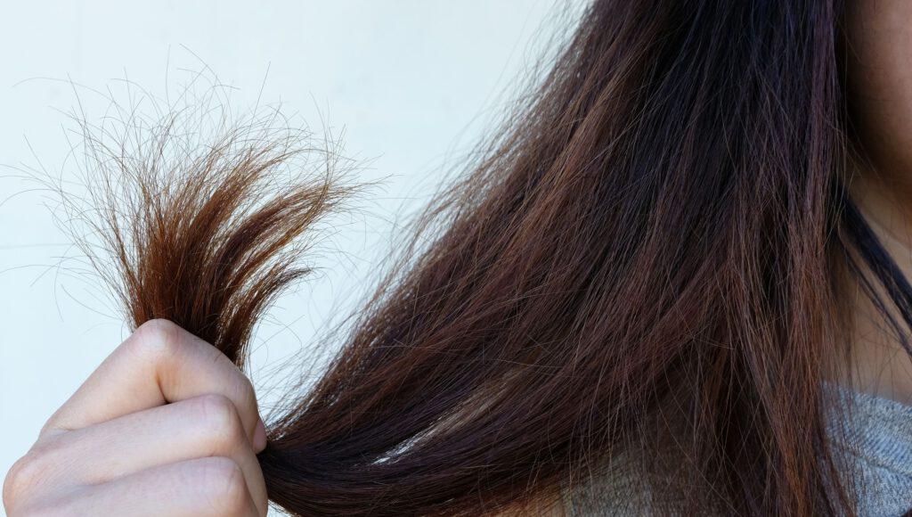 بررسی علل و درمان های خشکی مو